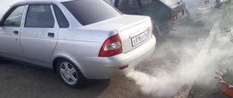 Из выхлопной трубы идет белый дым на холодную, прогретом двигателе, при запуске: что означает, как убрать